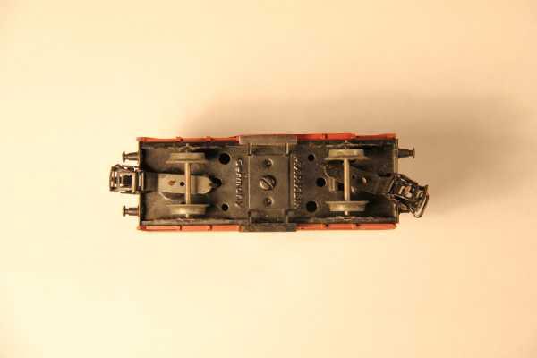 Der Märklin-Wagen mit fehlender Feder zwischen den Kupplungen